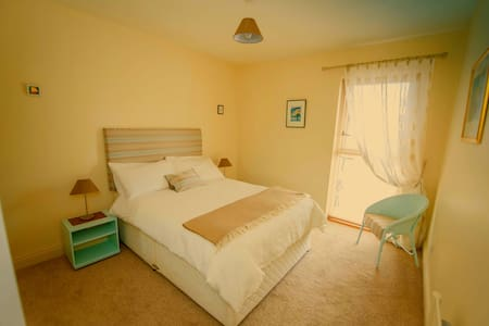 Double room in modern Kilkenny home - Bed & Breakfast