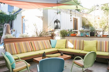 Our guest house is situated in our backyard between the patio and pool. 1 large room with a half kitchen and separate bathroom. We are just 1/2 block from the Silverlake Reservoir in the hippest neighborhood in L. A. Lots of shops and restaurants.