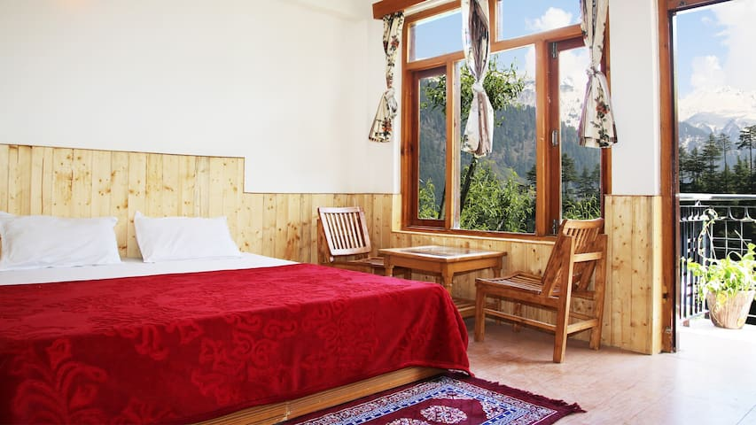Hotels in Manali Under 2000 INR