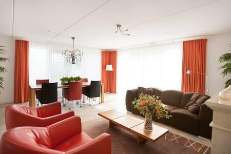 Luxe Villa + ligplaats IJsselmeer - Makkum - House