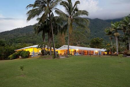 Jungara Cairns B&B- Cassowary Room - Bed & Breakfast