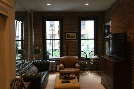 One floor walk up with great street views. Quiet SoHo block with small cafes and coffee shops. Big living room and cozy bedroom. Record Player with 70's and 80's records. Stainless Steel Kitchenette.  Honor Bar  Apple TV  High Speed WiFi