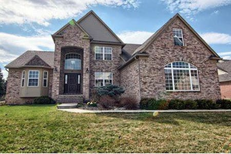 Across OU and close to Chrysler HQ - Rochester Hills - House