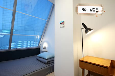 First Guesthouse single room - Bed & Breakfast
