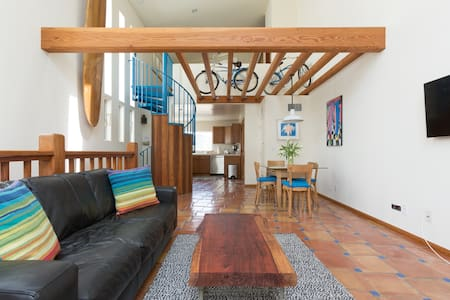 Large, airy, bright and tastefully decorated, fully equipped apartment with balcony. Perfectly located on a quiet residential street in the center of Venice Beach. Walk or bike everywhere in trendy Venice Beach and sophisticated Santa Monica.