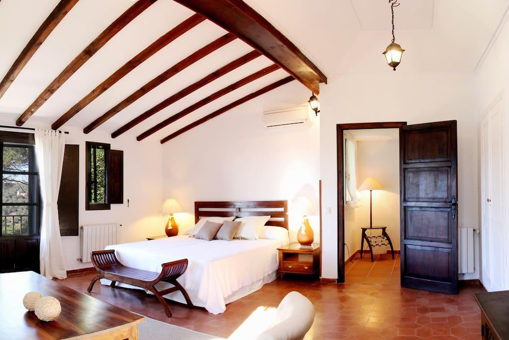 30 m² master double bedroom in 1st floor with en-suite bathroom & fire place