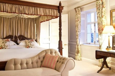 Sumptuous Four Poster Castle Suite - Bed & Breakfast