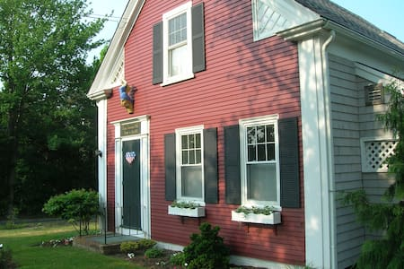 Room type: Entire home/apt Property type: House Accommodates: 6 Bedrooms: 3 Bathrooms: 1.5