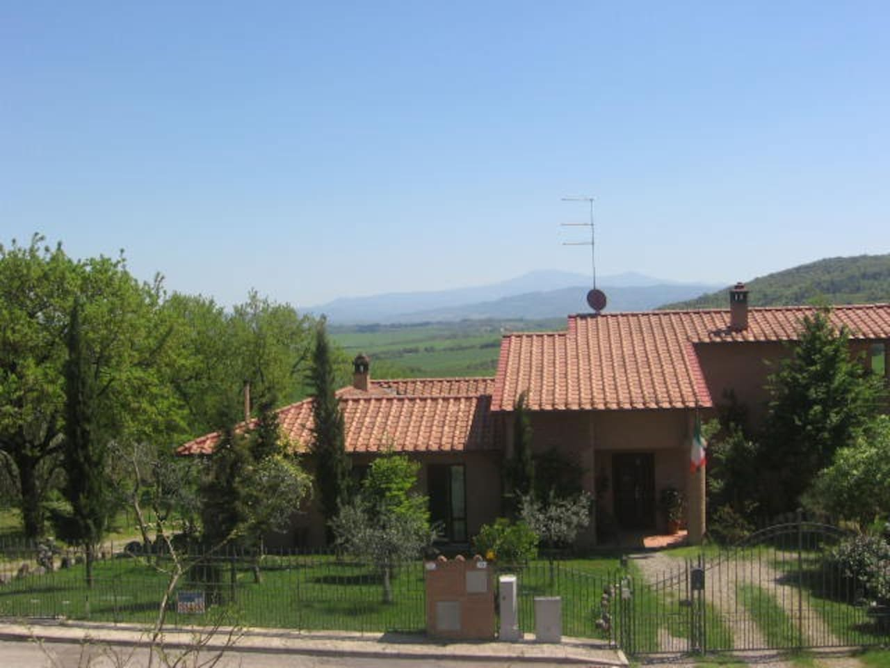 Sunny house on the tuscan hills!