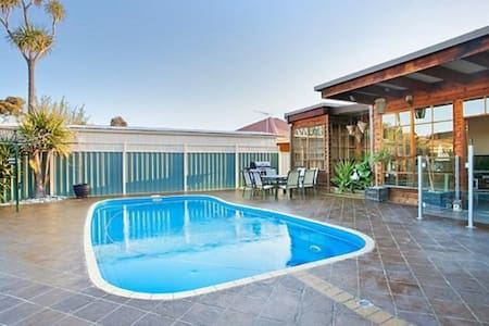 Delightful renovated home, close to CBD & beaches - Dom