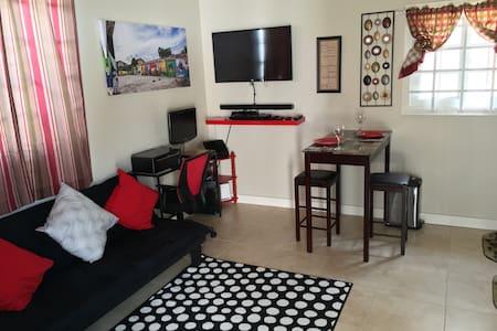 Quiet & Cozy Modern Home, Uptown! - Ház