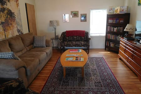 The Library Loft/1BR, 1Bath Furnished Apartment - Apartamento
