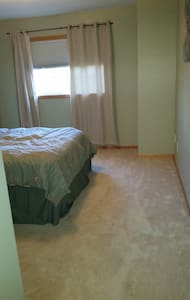 Private Room - 15 mins to MOA, MSP, & St. Paul. - Townhouse