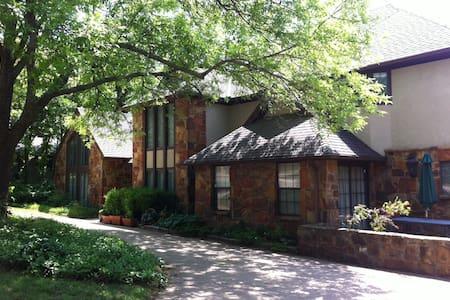 Rustic House in Quiet Neighborhood - Hus