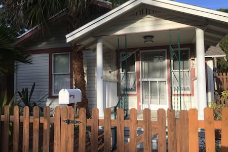 2 BR Bungalow - Walk to Downtown