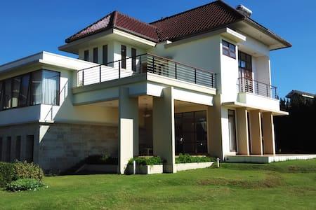 Villa Sophia Cimacan Puncak - Villa