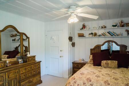 CJ's Room at Barlocker's Rustling Oaks Ranch - Salinas