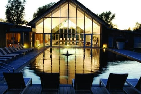 Contemporary Cotswold lakeside home - Somerford Keynes - Casa