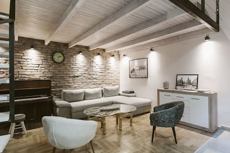Cosy downtown loft above the secret garden - Budapest