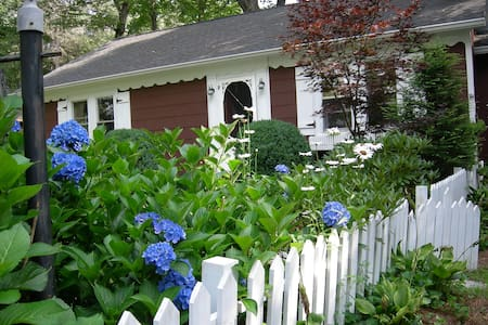 Precious in-town cottage, 3br, 2ba - lovely Garden - 단독주택