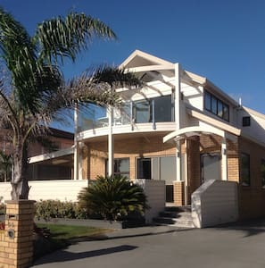 Large home right on the beach. - Auckland - Bed & Breakfast