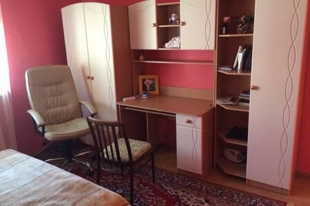 Отдельная комната в доме - Hus