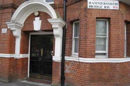 Spacious flat @ Hammersmith Bridge - London - Apartment