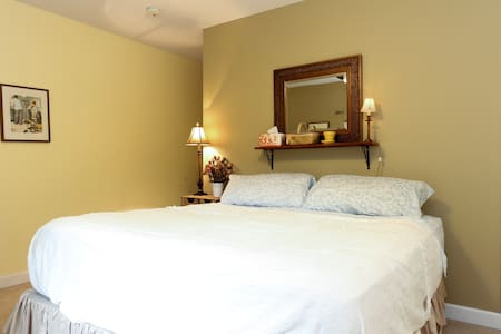 Private king size bedroom and bath - Casa