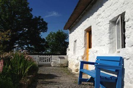 Thatched whitewashed cottage - Srub