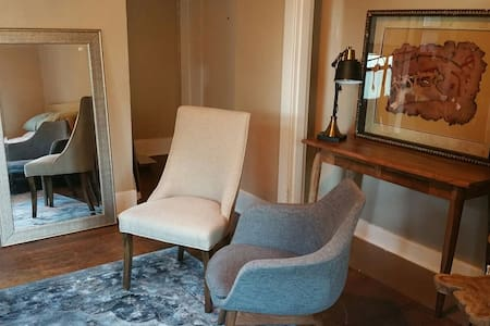 Live like a local Seattleite! My place is a block from Pike and Broadway -- the center of the Pike-Pine corridor. There's countless restaurants, bars and coffee shops within a few blocks. My place is super clean and we'll furnished: queen bed, big TV