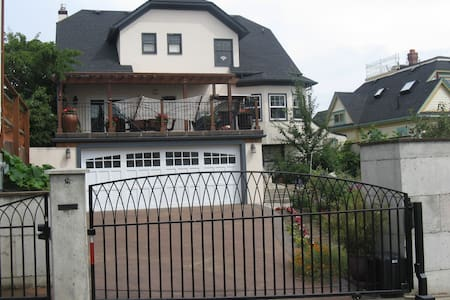 1929 Historic Home with Great Decks - Tacoma - Bed & Breakfast