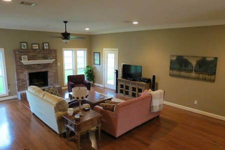 Great House, 4 Miles from Campus! - Ev