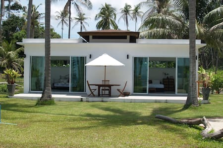 Gorgeous 2 Bedroom Beachfront Bungalow - Vila