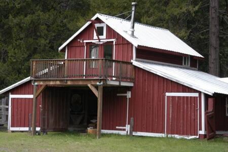 Sunny and Quiet Shasta Barn Cottage