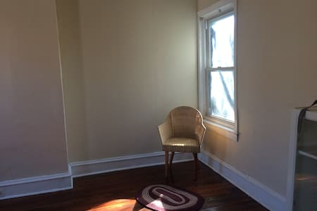 Large, bright room, has wood floors - Philadelphia - House
