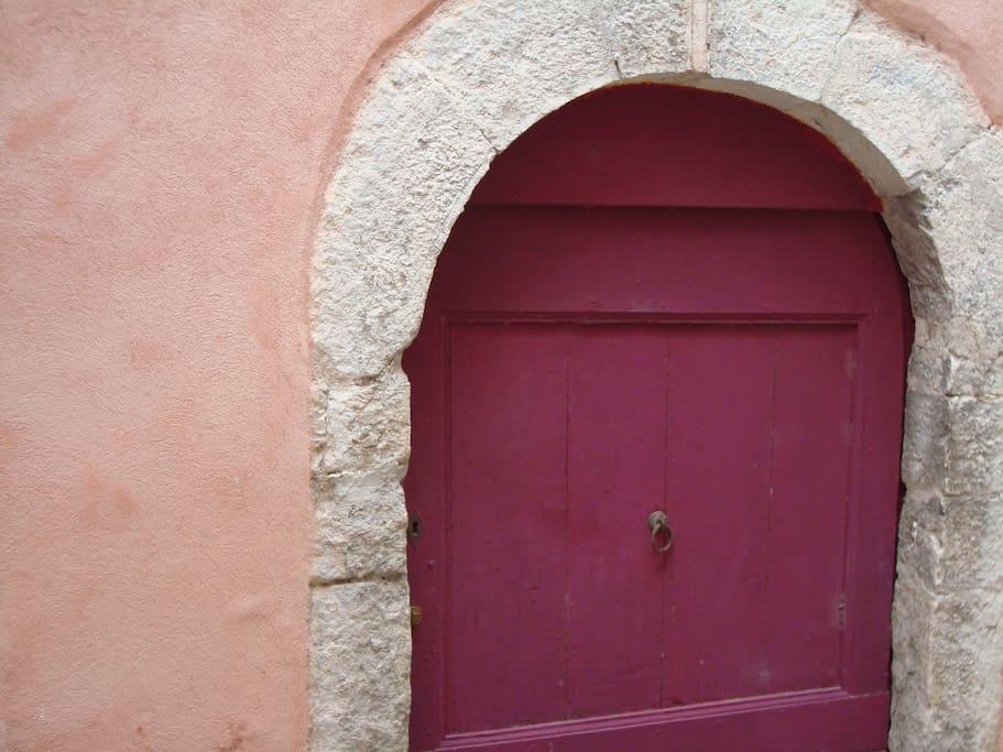 Door from the house. Une porte de la maison