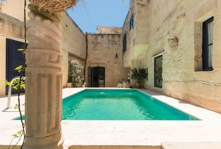 House of character,  Qrendi - Bed & Breakfast