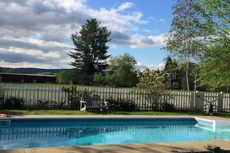 Bucolic cottage mountain view pool - Accord