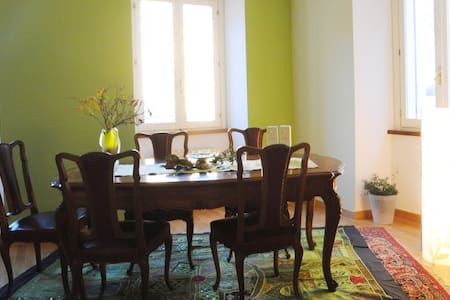 Colorful double room in art residence-Ivrea centre - Bed & Breakfast