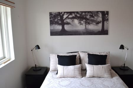 Very comfortable one bedroom flat (not a studio) in North Carlton.  Tram stop is a couple of hundred metres and it is roughly a 15 minute tram ride to Melbourne CBD for shopping and Victoria markets.  5 minute walk to restaurants, cafes and parkland.