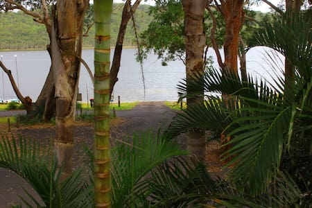 WATERFRONT VIEWS BOAT RAMP PLAYGROUND PETS WELCOME - Smiths Lake - House