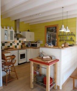 Agréable maison bois bourg, prox mer - Huis