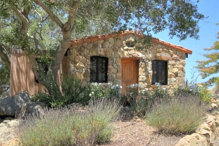 Papillion Rouge Stone Cottage - Solvang