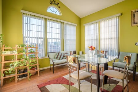 Bright and sunny front room - Huis