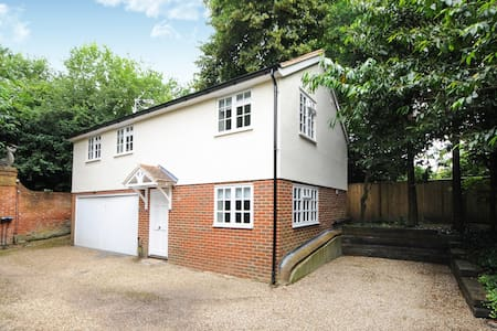 TWO BED COTTAGE ENGLEFIELD GREEN VILLAGE #TGH - Englefield Green - Casa