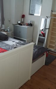 Cosy kingsize downstairs room near London - Watford - Hus