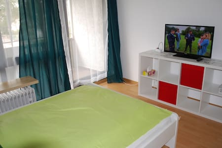 Convinient apartment with balcony close to Panzer - Böblingen - Apartamento
