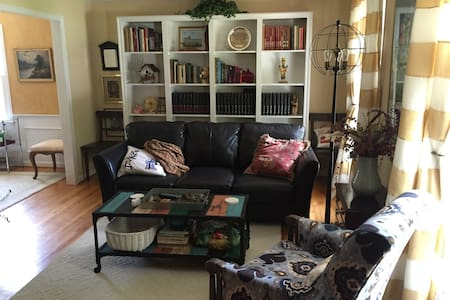 Front Private Bedroom/Bath Available for Rent - Greensboro - House