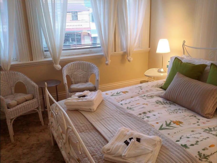 Queen bedroom 2: The Wharton: cosy, romantic & pretty!!