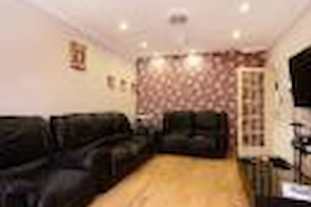 Private dble bed loft ensuite room near Heathrow - House